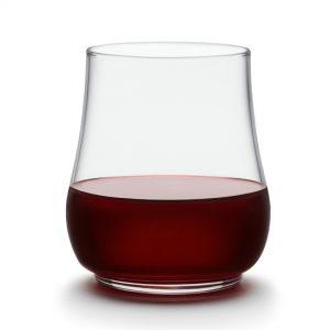 12 כוסות שתיה נערמות
